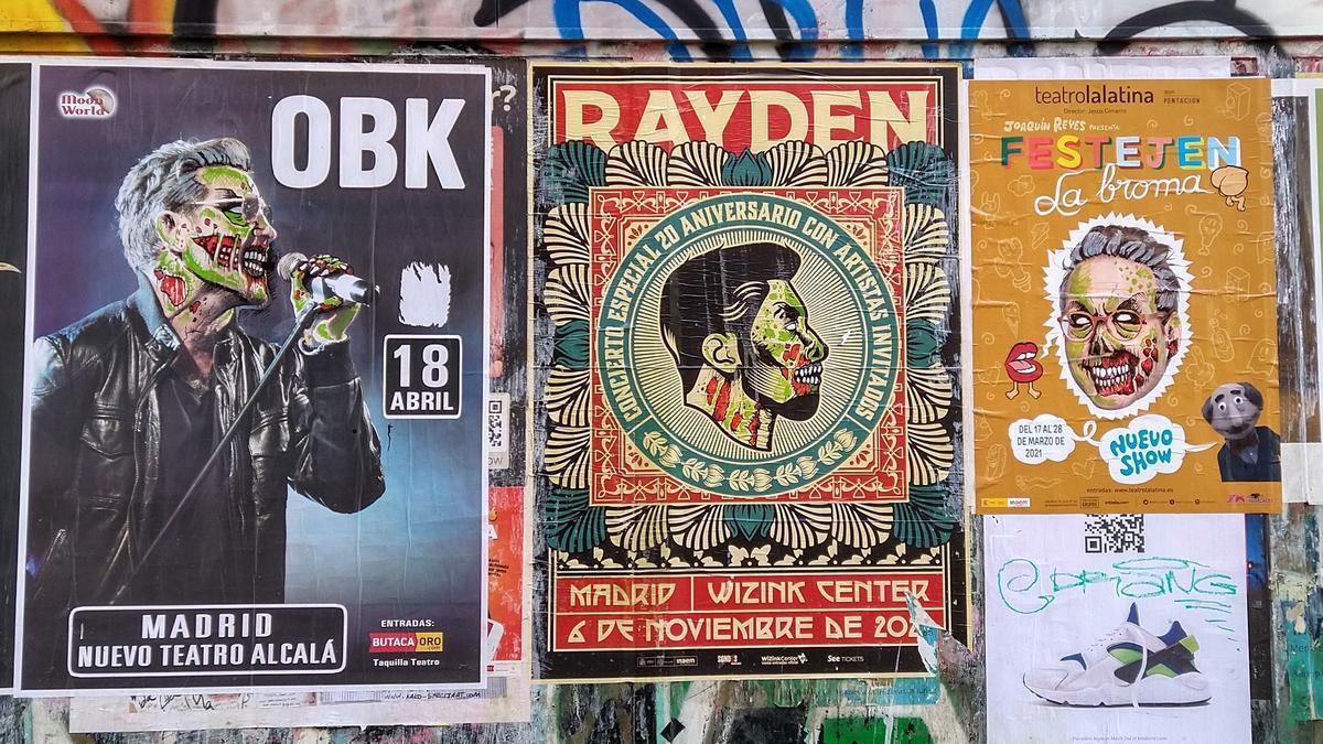 Carteles 'zombificados' en la calle San Vicente Ferrer