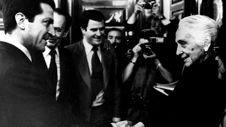 Adolfo Suárez y Dolores Ibárruri, en la constitución de las Cortes, el 13 de julio de 1977.