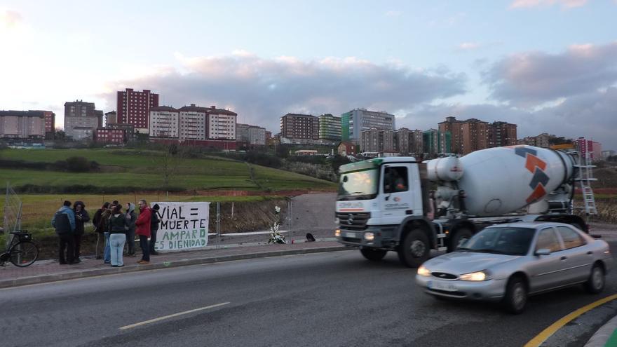Una pancarta situada junta a las obras destaca la dignidad mantenida por Amparo Pérez.