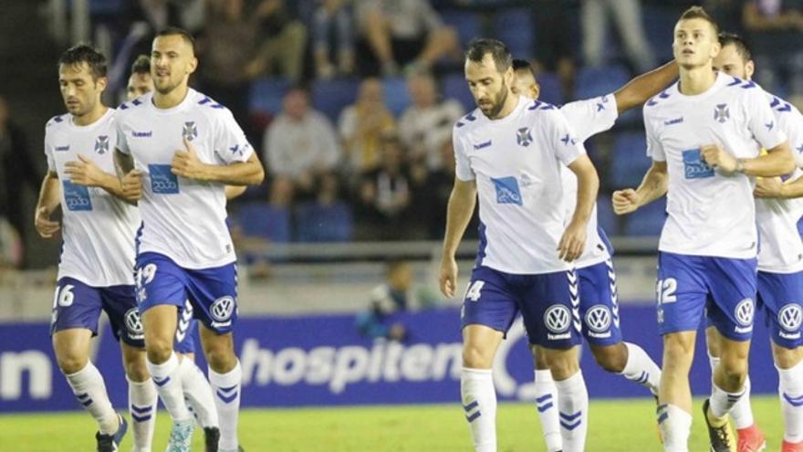 Los jugadores del Tenerife durante el partido contra el Rayo Vallecano