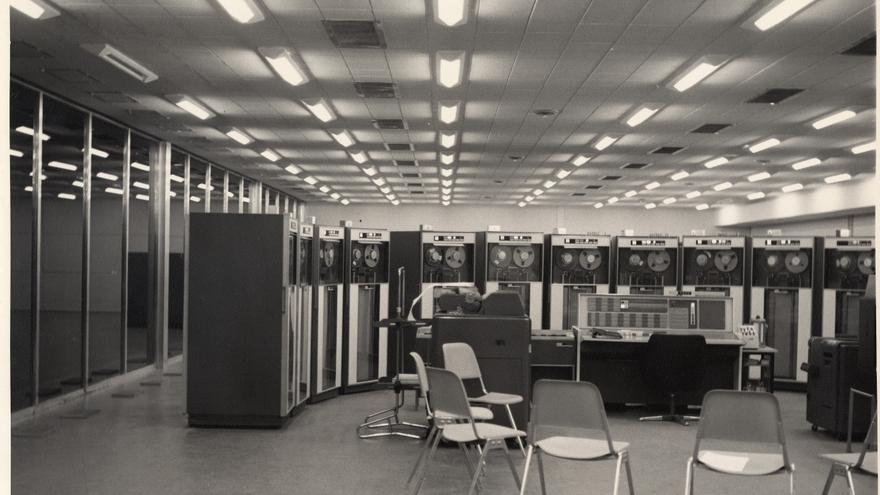 Fotografía de la instalación del IBM 7090 en el Centro de Cálculo de la UCM (1968)