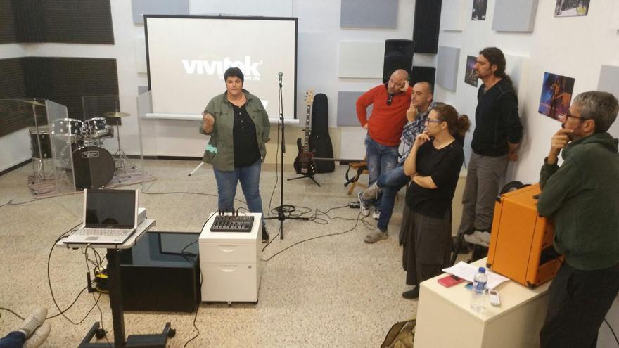 La consejera de Juventud del Cabildo de La Palma, Ascensión Rodríguez,  con integrantes de En Clave La Palma.