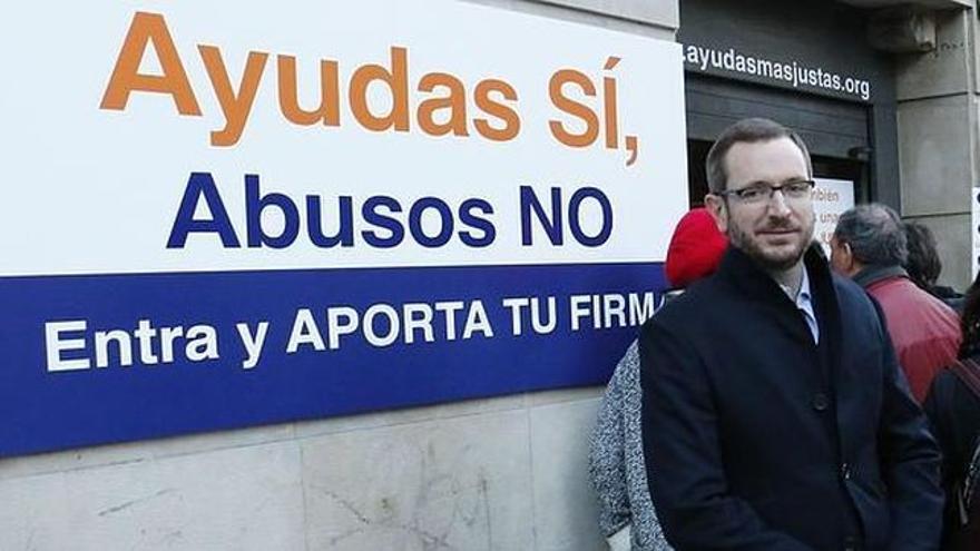 Javier Maroto, en la recogida de firmas para endurecer el acceso a las ayudas sociales vascas