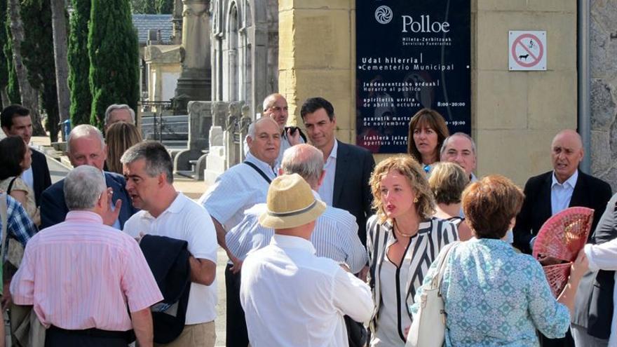 El secretario general del PSOE, Pedro Sánchez, junto a dirigentes del PSE a la entrada del cementerio de Polloe