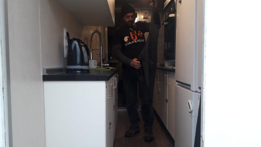 Jon es el cocinero principal del Aita Mari