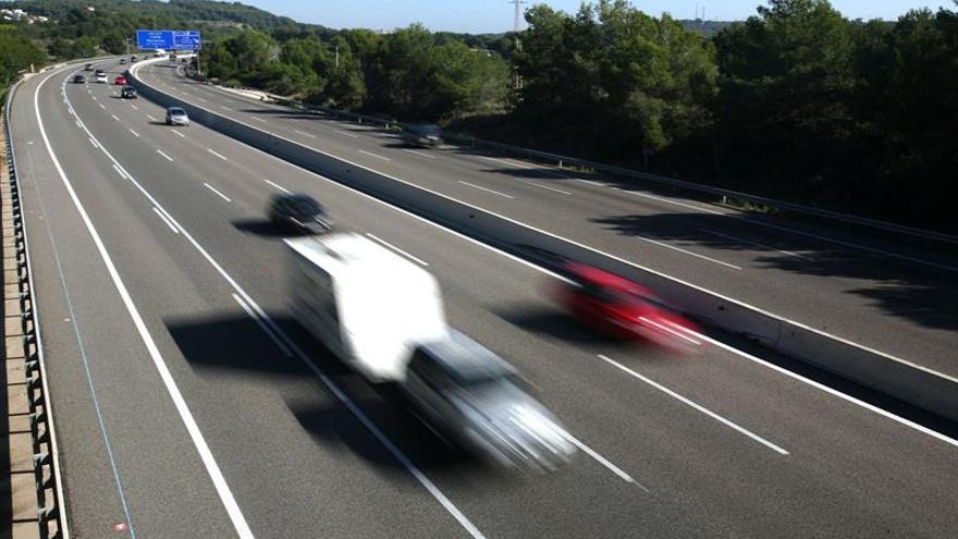 Tráfico fluido en las carreteras en el retorno del puente de los Santos