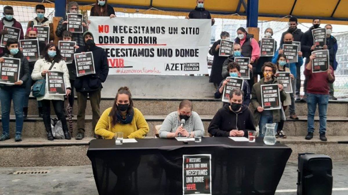 Leonor, en el centro, durante la rueda de prensa convocada por el sindicato de vivienda AZET este miércoles en Bilbao