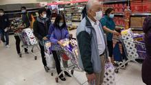 El pánico a que se alargue la crisis del coronavirus dispara la compra masiva de arroz y papel higiénico en Hong Kong