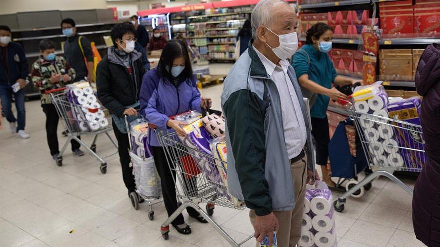 Un grupo de personas hace cola para comprar papel higiénico el pasado 7 de febrero en Hong Kong