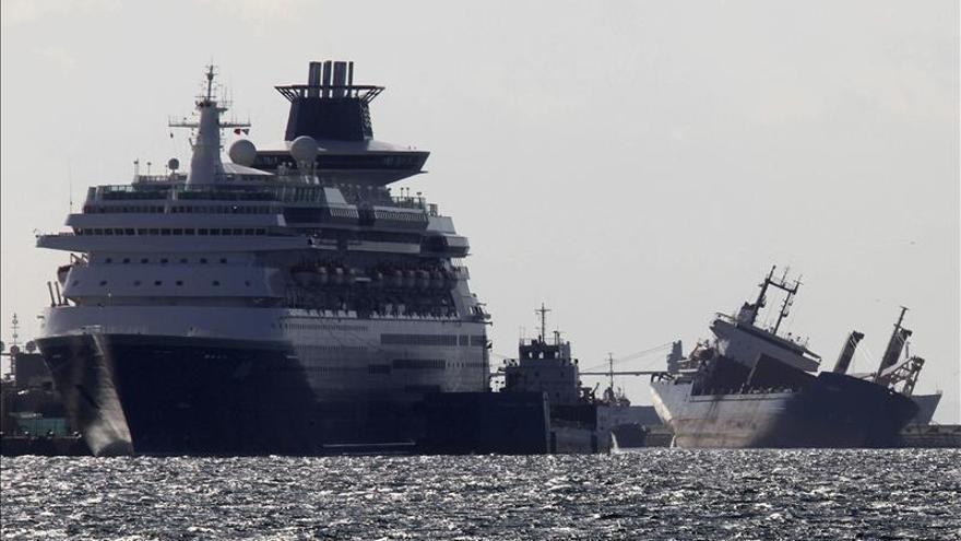 Un barco con 4.000 toneladas de material de dragado se escora en el puerto de Gibraltar