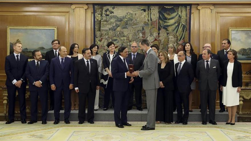 El Colegio de Procuradores de Madrid entrega al Rey su Medalla de Oro