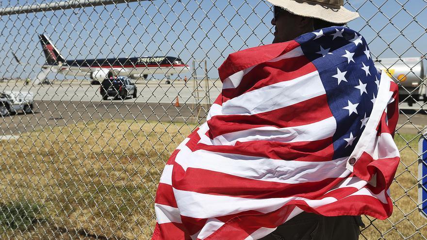 Joseph Díaz, de 50 años, espera la salida de Donald Trump del aeropuerto de Laredo tras su visita el pasado julio