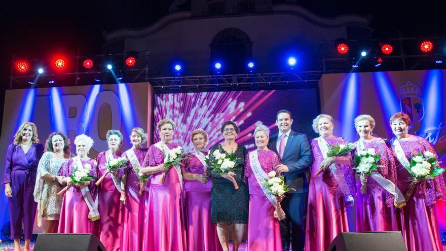 Candidatas de la elección de mayores y la reina de 2017, junto al alcalde José Julián Mena, este miércoles