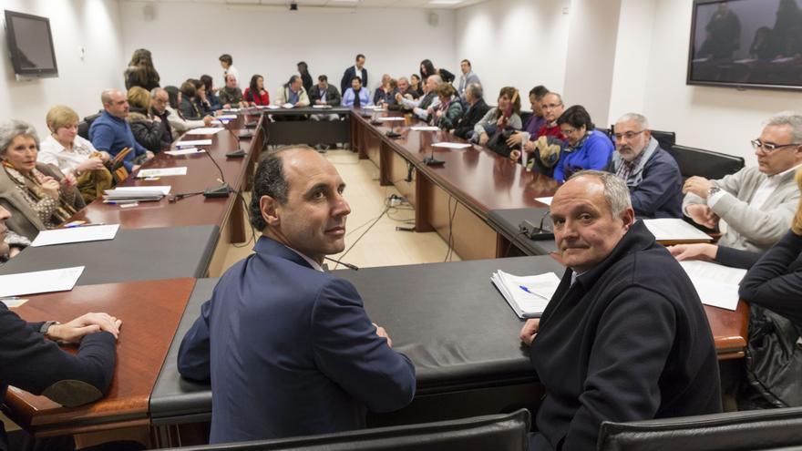 El presidente de Cantabria y el consejero de Ordenación del Territorio, en primer término, durante la firma del convenio.