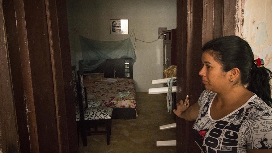 Noralba Rodríguez, hermana de Jhon Jairo, muestra la habitación de su hermano asesinado.