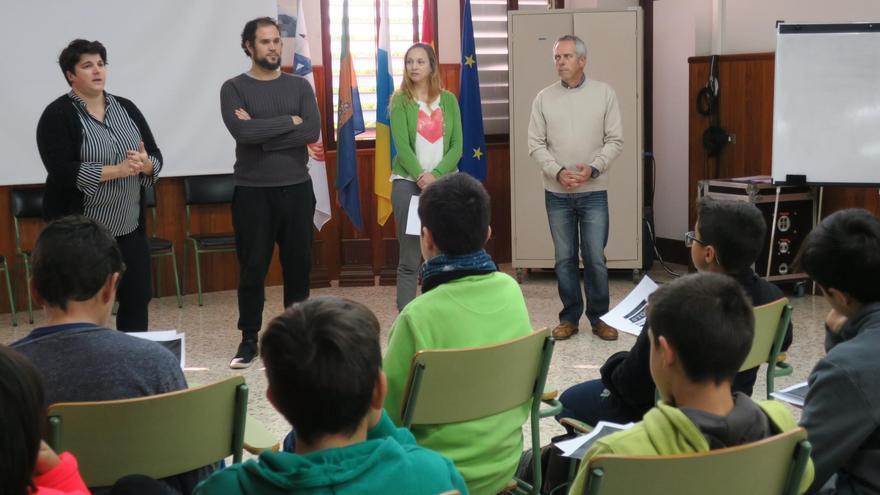 La consejera de Juventud y Deportes del Cabildo de La Palma, Ascensión Rodríguez (i), este lunes, en el Instituto de Educación Secundaria (IES) José María Pérez Pulido de Los Llanos de Aridane.