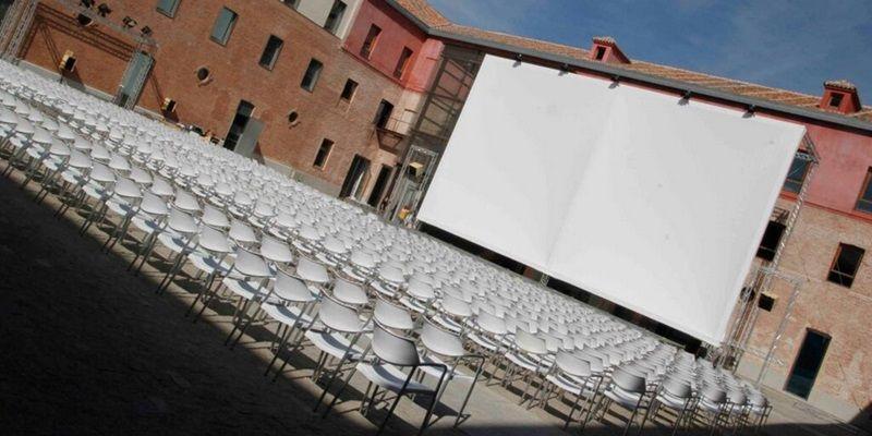 Pantalla de cine de verano en el Conde Duque