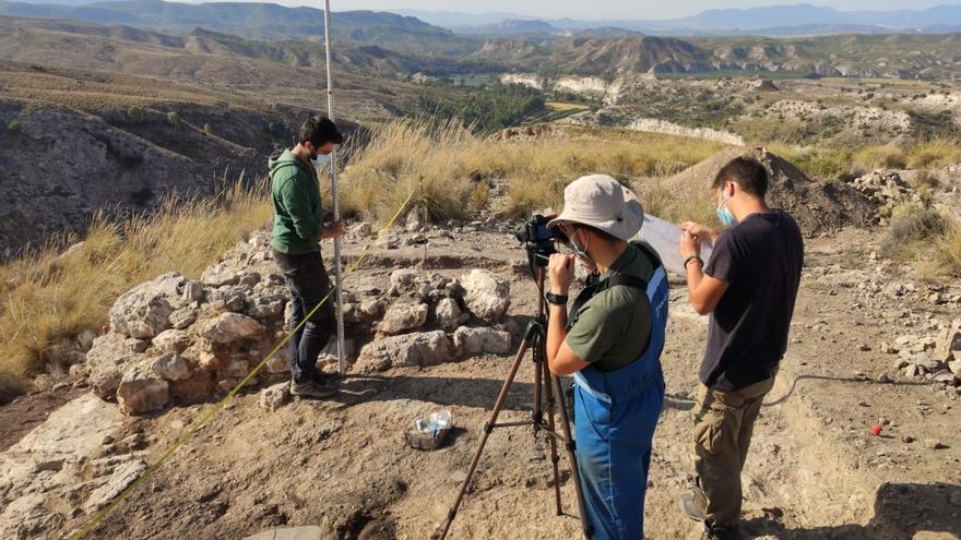 Proceso de toma de datos en campo durante la excavación
