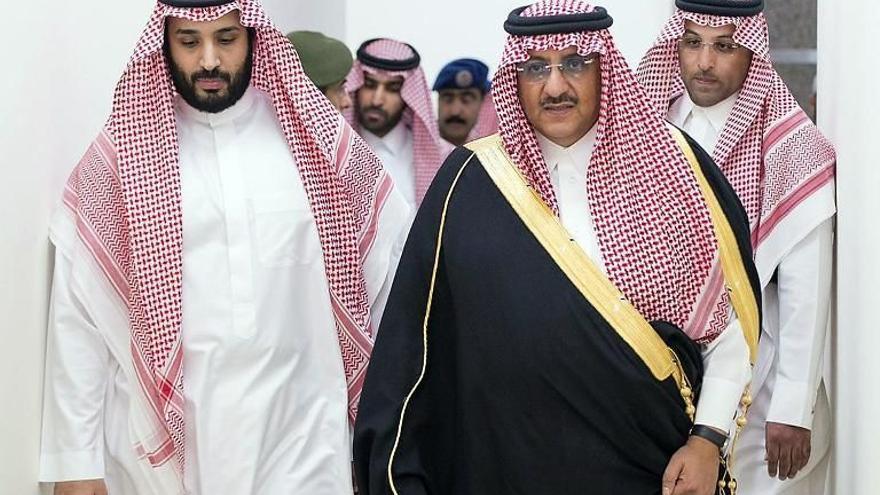 Mohamed bin Salman, hijo del rey saudí y ministro de Defensa (el más joven del mundo), con el ministro del Interior saudí