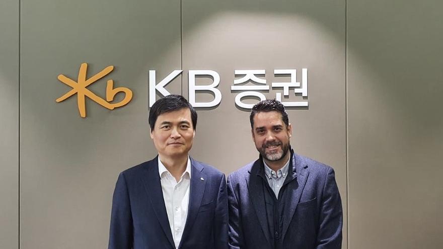 Kim Myeong Seop, director general de KB Securities, y Javier Mira, consero delegado de FacePhi