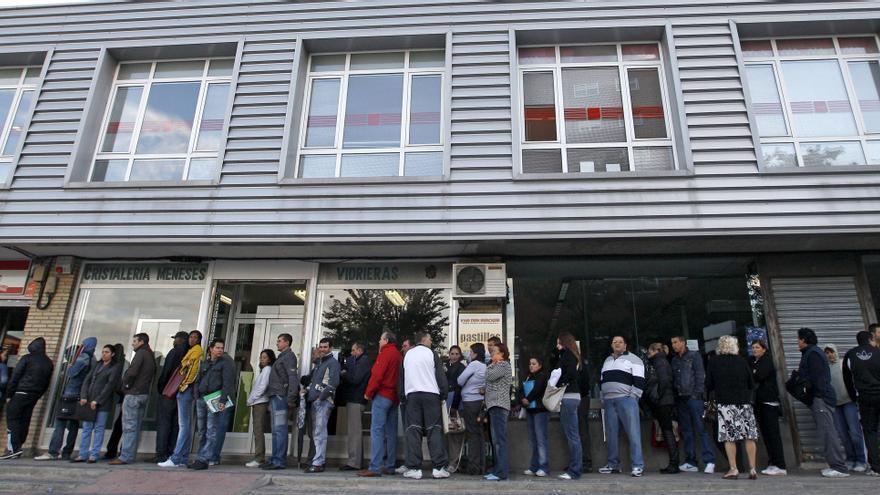 La economía caerá el 1 por ciento y el paro seguirá sobre el 25 en 2013, según Esade