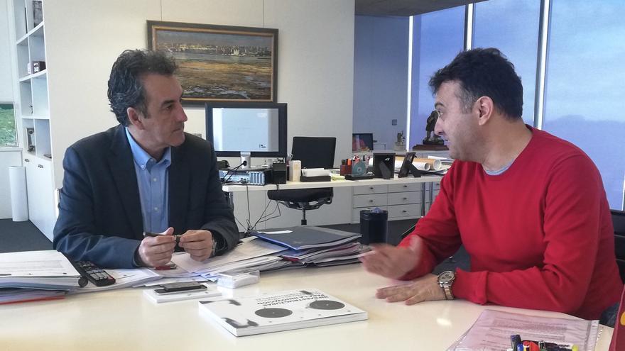El consejero de Industria junto al alcalde de Marina de Cudeyo.