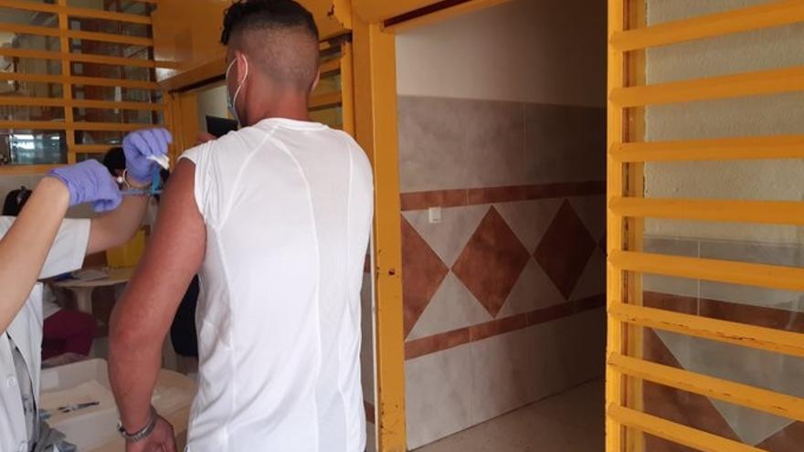 Un preso de A Lama, en Pontevedra, recibe la vacuna contra la Covid-19