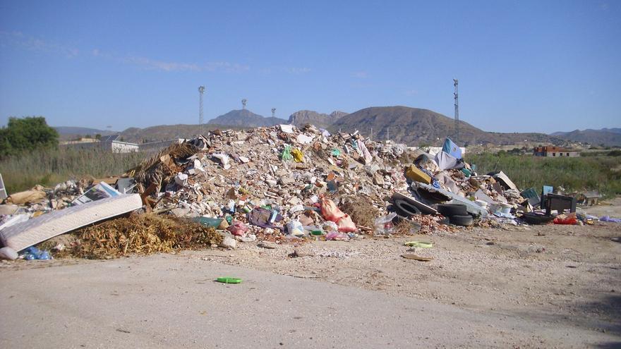 Basura acumulada en el `Punto limpio´ del municipio murciano de Fortuna / L. F.