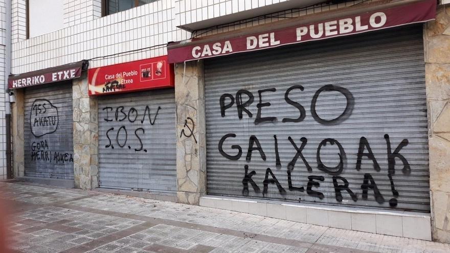 PSE denuncia pintadas contra la aplicación del 155 de la Constitución en la casa del pueblo de Sopela (Bizkaia)