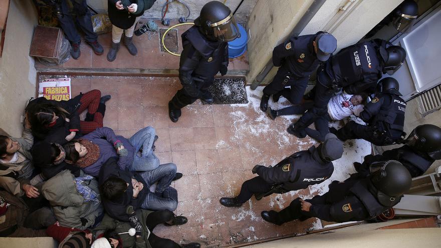 Minutos después de la entrada policial, los agentes habían sacado a la mayor parte de los activistas que bloqueaban de forma pacífico el acceso a la casa.
