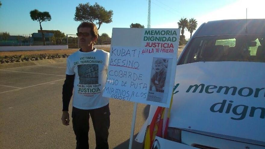 Un grupo de víctimas espera a 'Kubati' a las puertas de la cárcel de Puerto de Santa María (Cádiz)