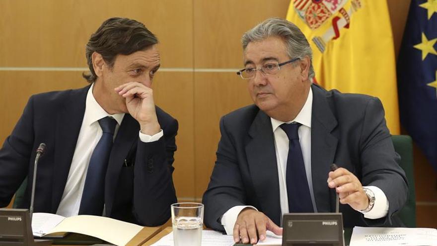 El portavoz del PP en el Congreso, Rafael Hernando, junto al ministro de Interior, Juan Ignacio Zoido.