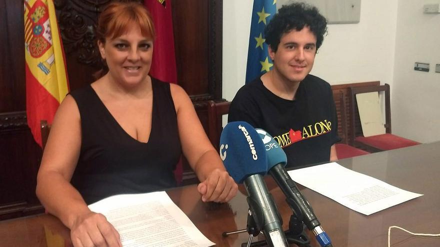 La concejala de Izquierda Unida-Verdes, Gloria Martín, junto con Chuechu Muñoz, coordinador de Izquierda Joven Lorca