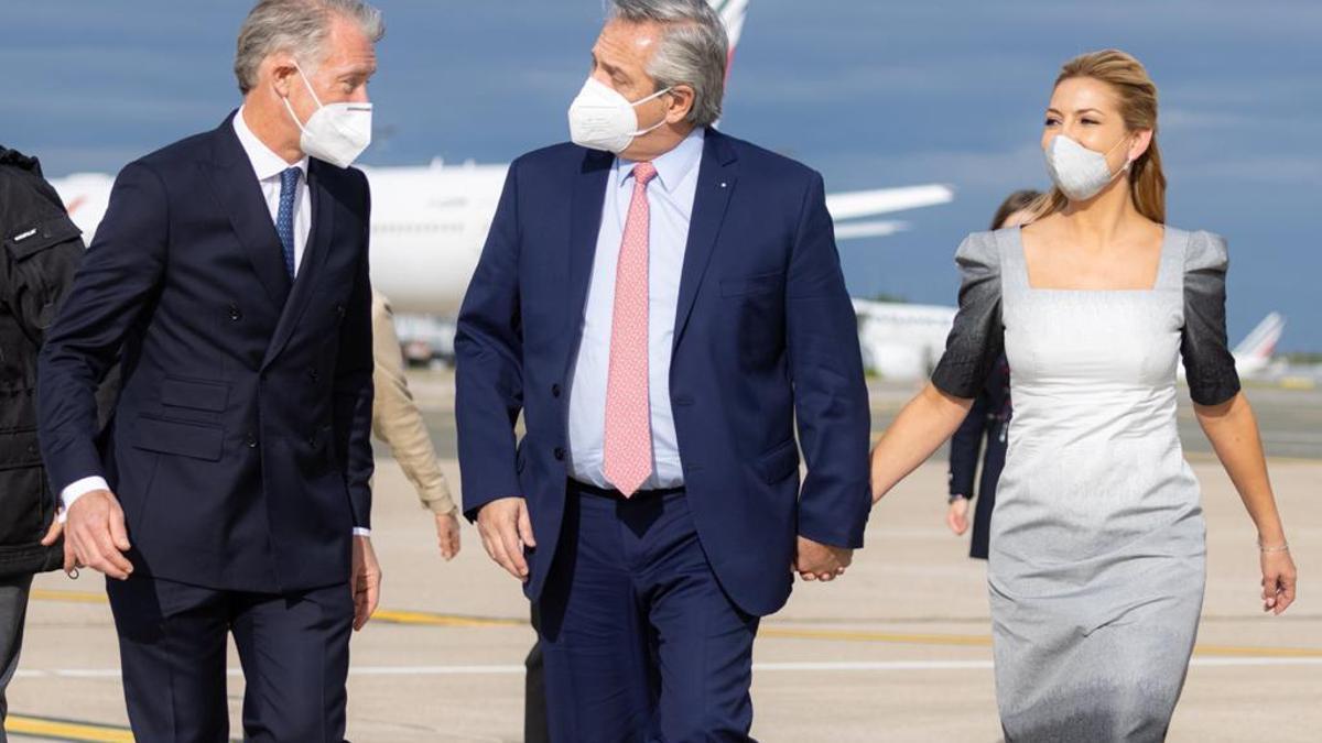 Alberto Fernández y la primera dama Fabiola Yáñez al llegar a París, donde lo recibió el embajador Leo Costantino.