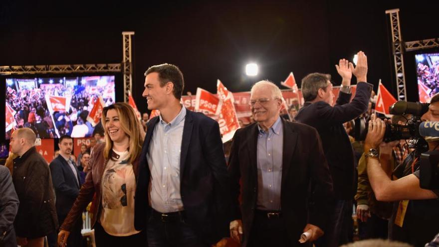 Pedro Sánchez, Susana Díaz, Josep Borrell y Juan Espadas en el mitin de este sábado en Sevilla.