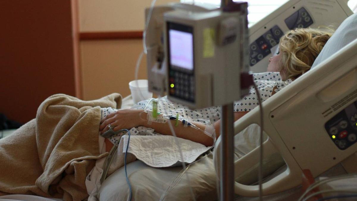 Una mujer ingresada en un hospital