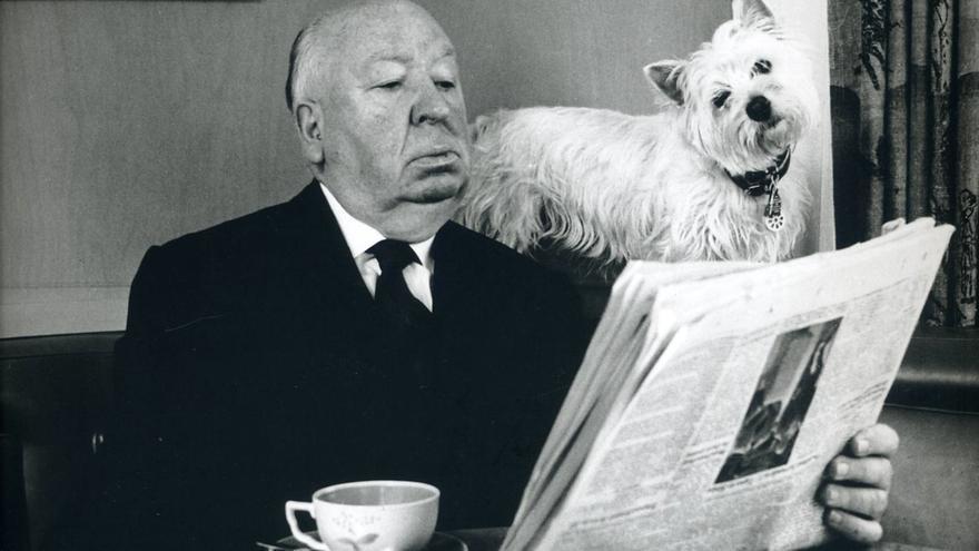 Hitchcock leyendo con su perra Sarah