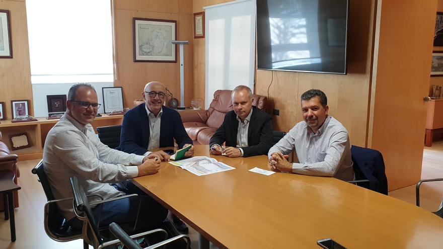 Juanjo Cabrera (d), alcalde de Santa Cruz de La Palma, y Tony Acosta (i), primer teniente de alcalde, con Pedro Suárez López y Aitor Acha, presidente y director de la Autoridad Portuaria de Santa Cruz de Tenerife, respectivamente.