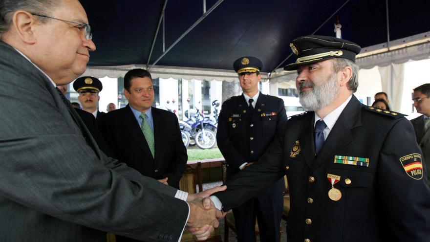 El presidente de Costa Rica, Abel Pacheco, condecora al comisario Jesús Figón Leo en 2004 / EFE
