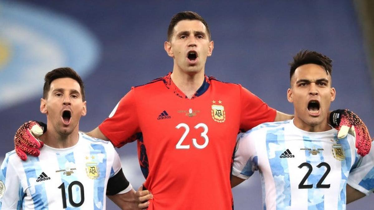 Messi cantando el himno con Dibu Martínez y Lautaro Martínez