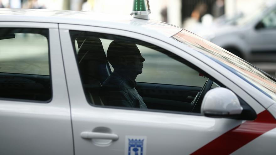 """Los taxistas acusan a Uber de """"romper el mercado"""" con su oferta a Barajas"""
