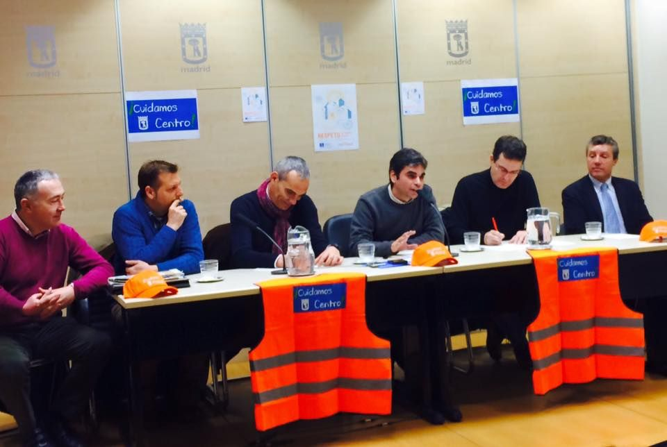 Un momento de la presentación de ¡Cuidamos Centro!, con el concejal de distrito en el medio de la mesa