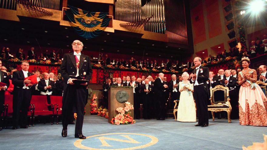 José Saramago recibiendo el Premio Nobel en 1998 en Estocolmo con los reyes de Suecia