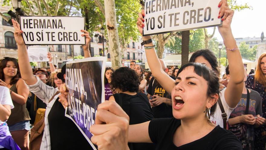Concentración contra la sentencia de la manada en Sevilla. EFE/Raúl Caro