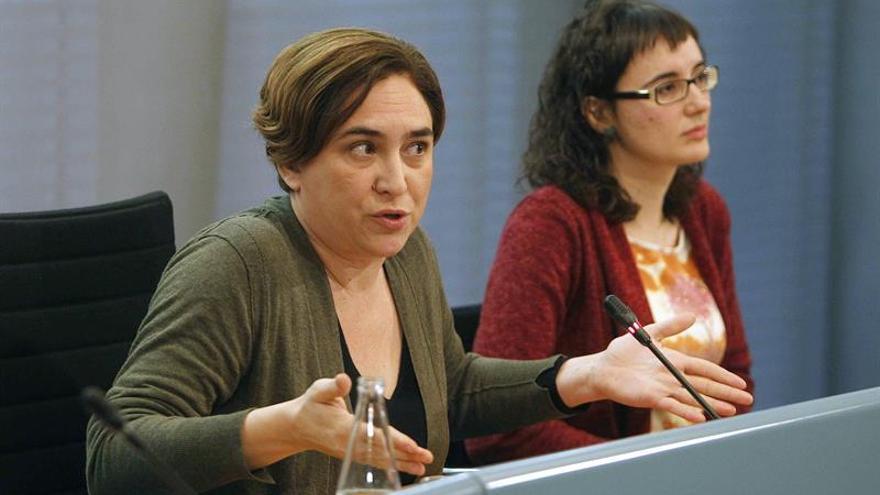 Ada Colau y Mercedes Vidal en una rueda de prensa durante la huelga de transporte