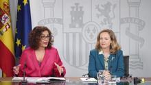 La ministra de Hacienda, María Jesús Montero, y la vicepresidenta Nadia Calviño durante la rueda de prensa tras el Consejo de Ministros.