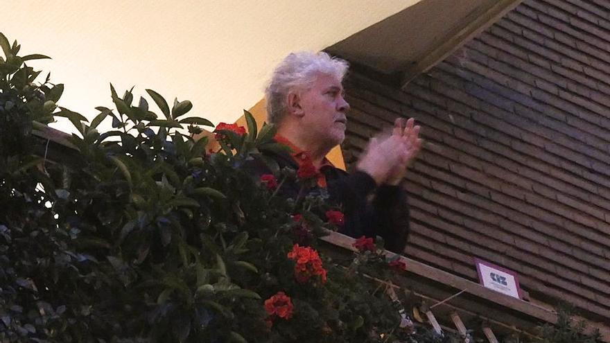 Pedro Almodóvar aplaudiendo en su balcón.