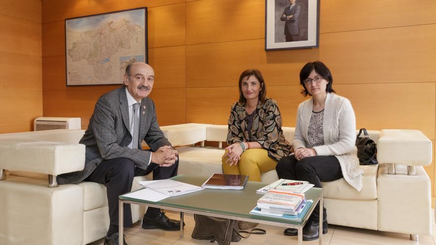 José María Mazón reunido con Rosa Pérez y Rocío Gómez, representantes de  EAPN-Cantabria. | Raúl Lucio.