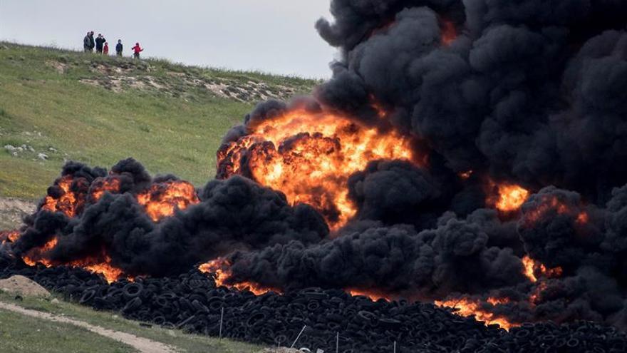 Los bomberos siguen removiendo las ruedas para extinguir el fuego de Seseña