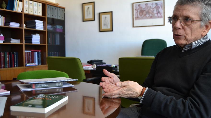 El catedrático, en su despacho / N.C.